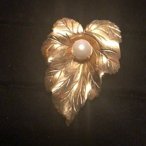 Jewelry - NWOT Gold Foil/Faux Pearl Leaf Brooch